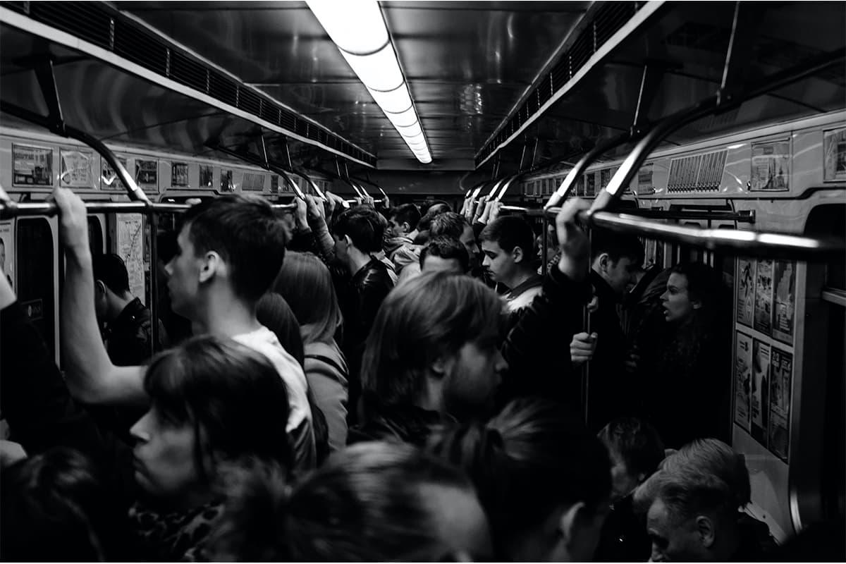 長い通勤時間、辛い満員電車、過酷な残業時間。
